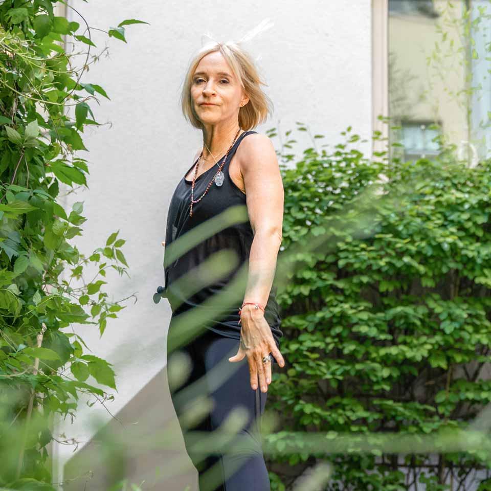 Marion beginnt mit Yoga-Übungen auf ihrer Terrasse