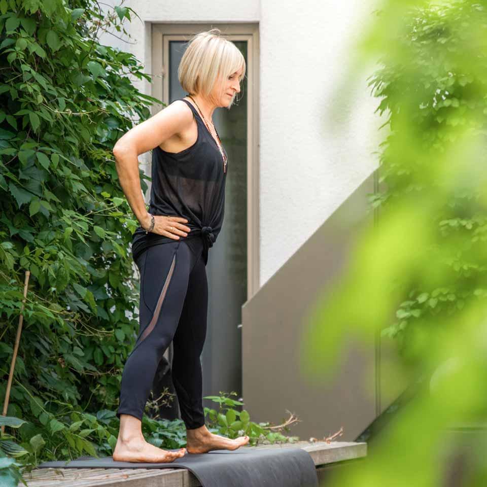 Marion führt eine Yoga-Übungen auf ihrer Terrasse aus