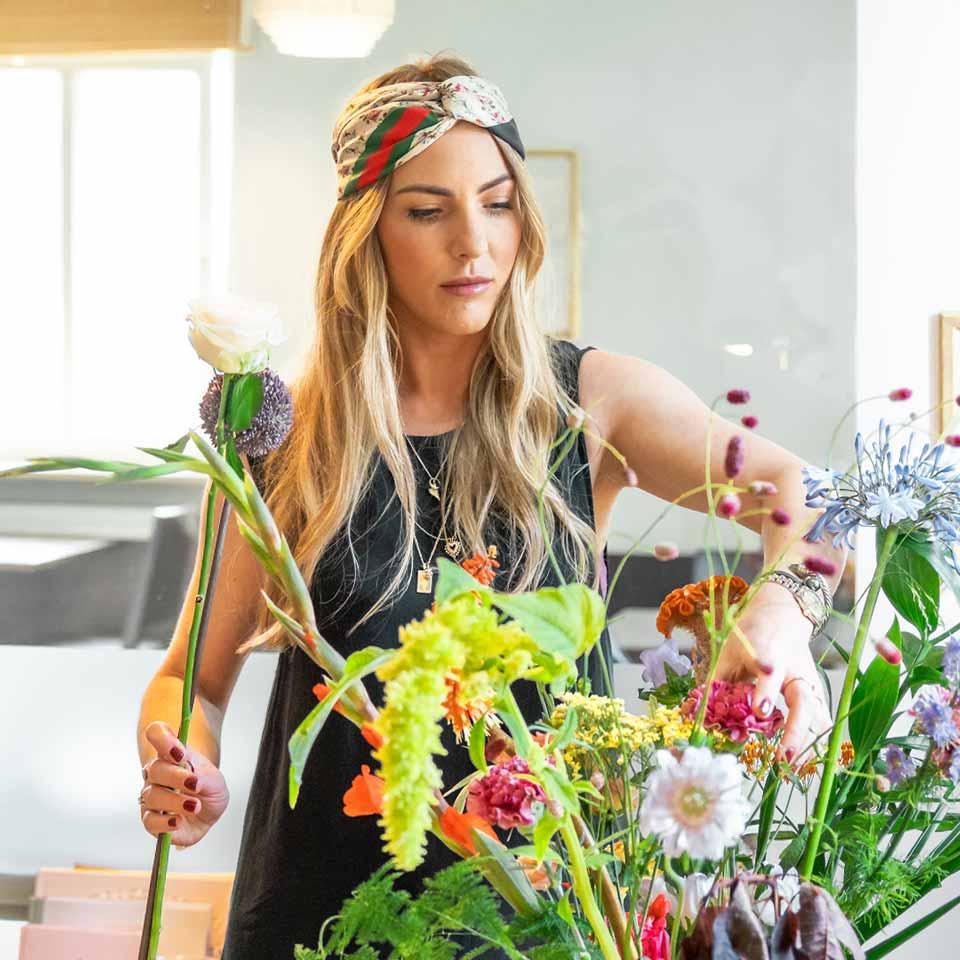 Theresa prepara un ramo de flores
